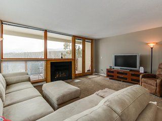 Conveniently located condo w/shared hot tub - close to 7 ski areas and the lake!