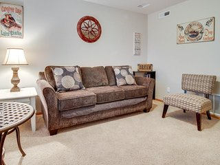Deluxe townhome w/shared pool - walk to shoreline, wine tasting nearby!