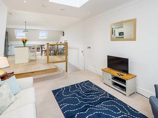3 bed 2 bath Maisonette in Fulham w/Balcony