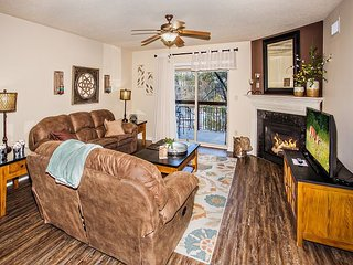 Hardwood, Full Kitchen, King Beds, Free Tickets to Shows, on the River
