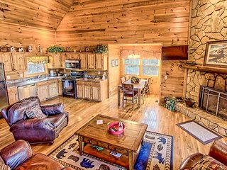 Spacious home w/ hot tub, multiple decks & gorgeous mountain/forest views!