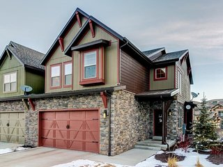 NEW LISTING! Spacious home w/private hot tub, shared pool -close to slopes, lake