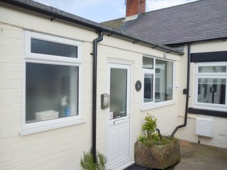 AMMONITE COTTAGE, stunning sea views, North York Moors, pet-friendly, Ref 963540