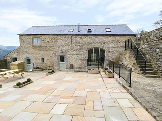 BROADWOOD BARN, original arrow slits, en-suite, views of Hope Valley, Ref 952359