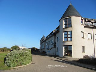 SEASIDE HAVEN, close to beach, sea views, facilities on doorstep, Findhorn, Ref