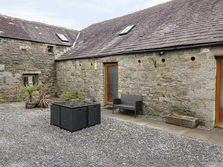 THE BYRE, pet-friendly cottage, off road parking, ideal for families, near Newto
