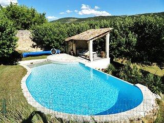 Maison avec piscine dans le Luberon. France  Magnifique Domaine de 30 hectares e