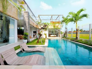 7 BDR complex double pool with rice field view in the heart of Seminyak