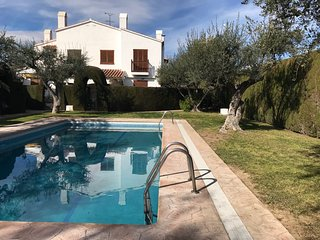 103D Casa con jardin privado, parking, piscina, pocos m playa