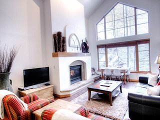 Elegant Condo in Arrowhead Village, Serene, Excellent Home Office