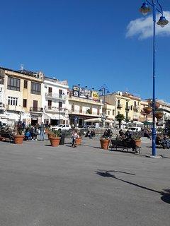 Piazzetta di Mondello con Ristorantini, Gelaterie e Caffè