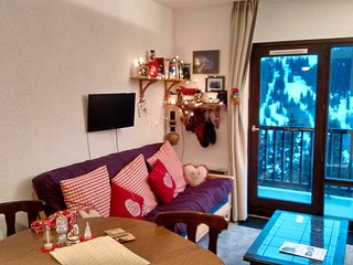 Studio sleeps 4 South Facing Balcony 150m to lifts,shops and ski school etc