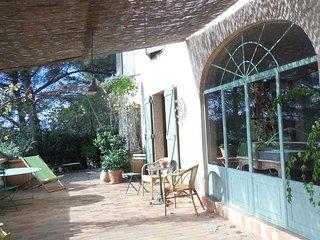 Maison familiale dominant la rade de toulon située au calme sous les oliviers