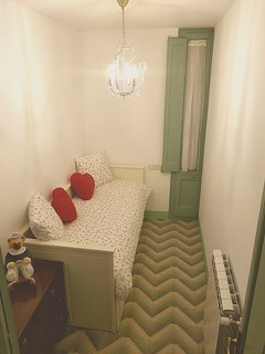 Habitacion individual convertible en cama de matrimonio con salida al balcón.