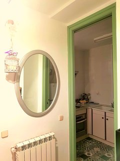 Recibidor con espejo y zapatero.