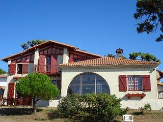 Villa basque les pieds dans l'eau. Acces direct a la mer.8 chambres14 couchages.