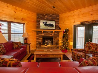 Smokies Views, Brand New Built cabin 2017, Hot tub, Game Room and Theater Room