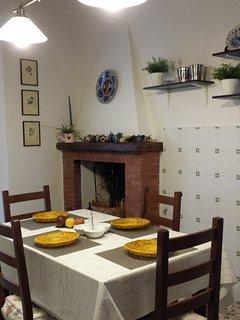 Cucina abitabile, angolo camino