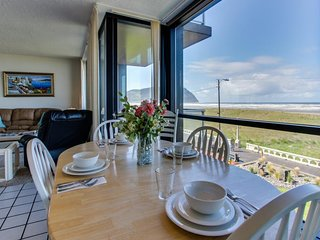 Cozy oceanfront condo with shared swimming pool and gorgeous views