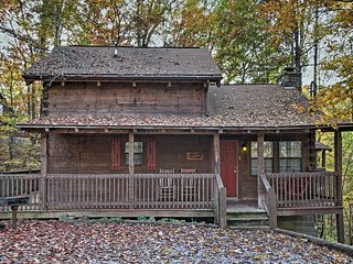 NEW! Cozy 2BR Sevierville Cabin w/Private Hot Tub!