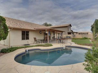 Family Outdoor Fun! Private Heated Pool, BBQ, TV's in all bedrooms, just 1 mile