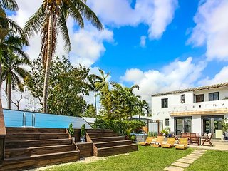 Sextant's Waterfront Chateau—two-story home with hot tub on the Miami River