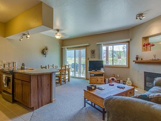 Pristine mountain condo w/ mountain views - one block from Lake Dillon!