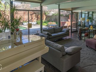 Stylish Palo Alto house, 4 BR, sleeps 8, pool!
