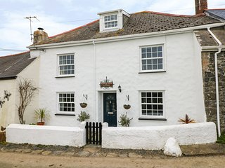 PENROSE FARM COTTAGE Lizard Peninsula location, sea views, beach 10 min walk