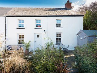 FERN COTTAGE, close to beach, enclosed garden, pet-friendly, woodburner, in Aber