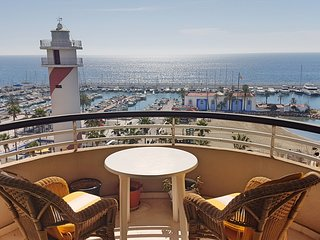 1 BED PENTHOUSE APARTMENT OVERLOOKING BEACH/MARINA + PARKING + WI-FI