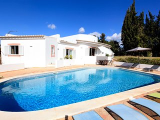 Vivenda Silvia, Majestic 4 Bed Villa With Heated Pool and Jacuzzi Near Beaches