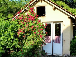 L'Atelier,family friendly Dordogne holiday cottage with pool and free pitch&putt