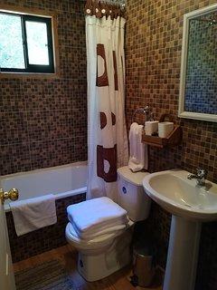 El Baño tiene Tina, toallas,confort y jabon!!