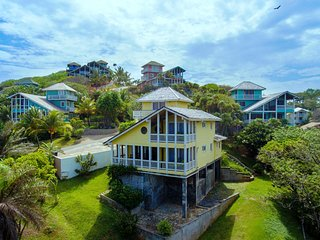 Stunning hilltop home with cooling winds: just 10-minute walk to West Bay Beach