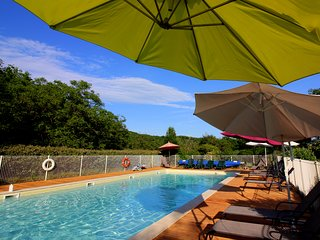 a HEATED POOL and FREE PITCH & PUTT - CHILD FRIENDLY HOLIDAY COTTAGE - ATELIER