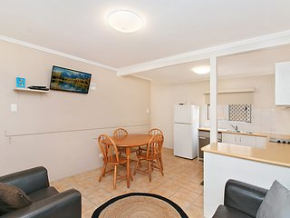 Pacific View unit 1 - Ground floor, comfortable budget style, Beachfront Rainbow