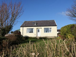 BRYN HYFRYD COTTAGE, enclosed patio, rural views, pet-friendly, Ref 973844