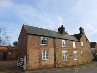 THE OLD SWEET SHOP, woodburner, breakfast bar, lovely location, near Melton Mowb