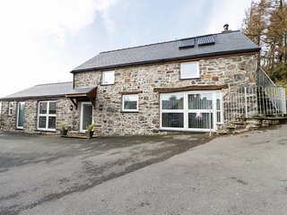 BWYTHYN CLYCHAU'R GOG, exposed wooden beams, en-suite, valley views, Ref 29637