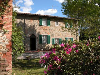 Lovely Suite inside an old tuscan farmhouse between Florence and Lucca