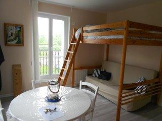 Pièce de vie avec les 2 couchage de 2 personnes, table ronde et ses 4 chaises, armoire et commode