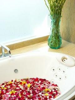 Sanur Residence - Villa 2 - Bathtub flowers