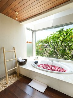 Sanur Residence - Villa 3 - Master bathtub