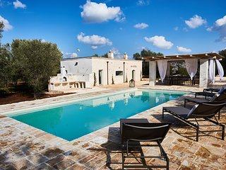 Casolare degli Ulivi, OSTUNI - Villa with private heated pool, WiFi, and AC