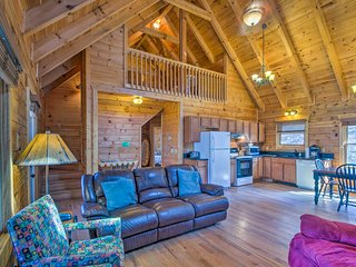 NEW! 2BR+Loft Leicester Cabin w/Mtn View & Hot Tub