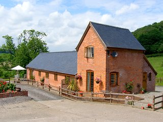 TALOG BARN, welcoming, pet friendly barn conversion, working farm, ideal walking