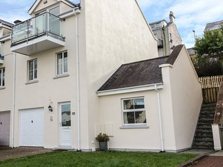 74 HEN GEI LLECHI, balcony with views of Menai Strait, en-suite, WiFi, Ref