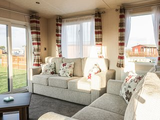 AMARYLLIS LODGE, open plan, easy access to amenities, in St Merryn, Ref 975429