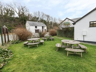 HILLFORT, shared decking, Ruthin 3 miles, WiFi, Ref 972056